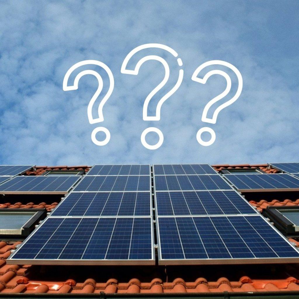 Solaranlage mit Himmelsblick und Fragezeichen-Icon