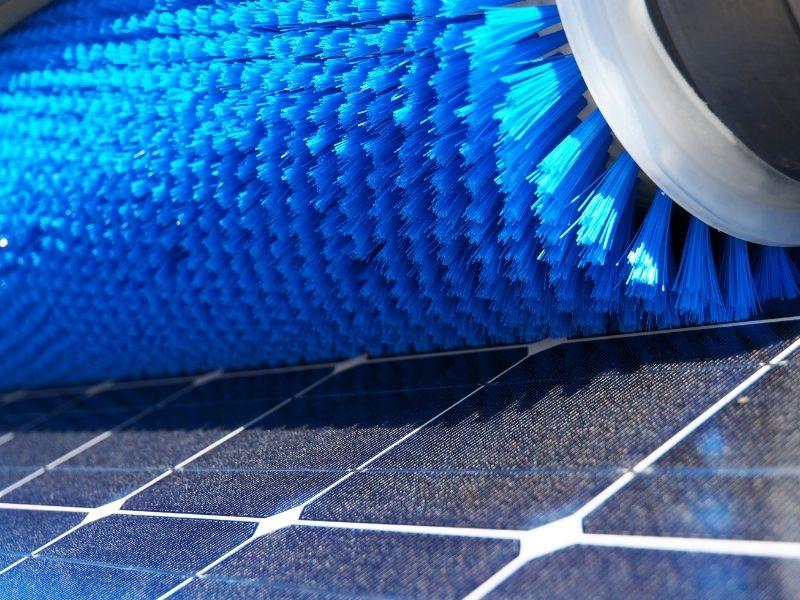Solaranlage reinigen Bürste